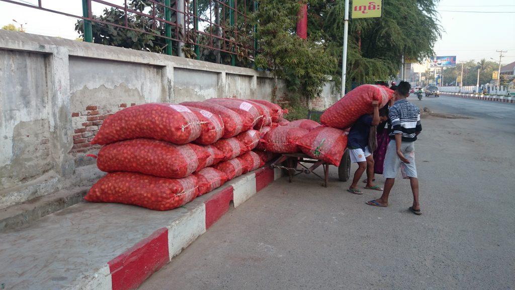マンダレー駅の貨物入口では大玉ねぎ袋を担いだ少年が大活躍。ミャンマー マンダレー 20150106