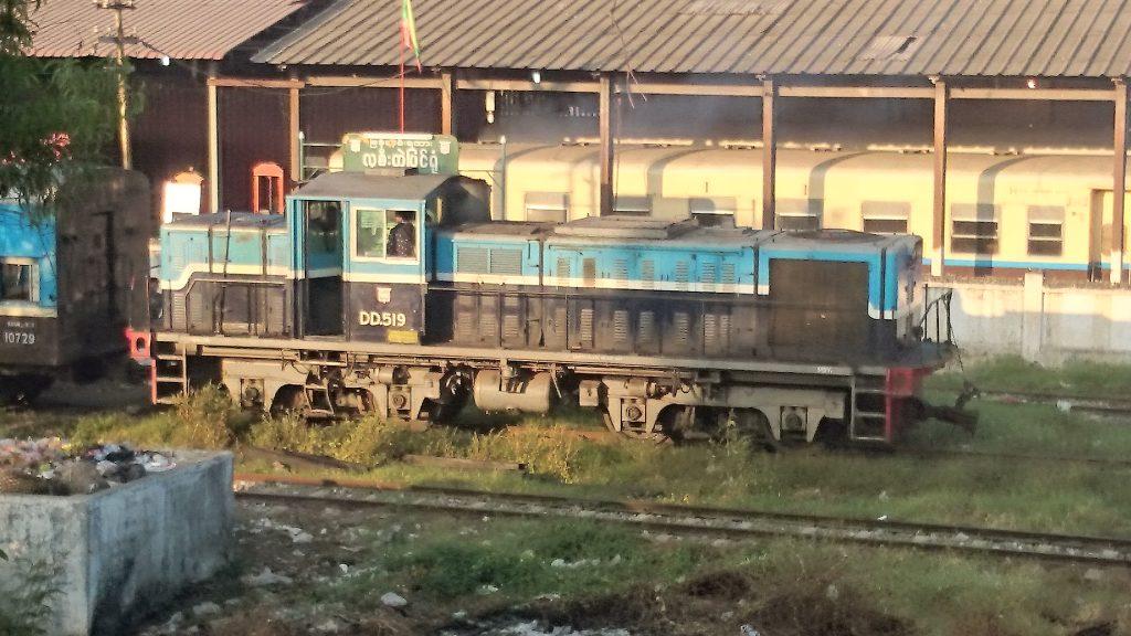 マンダレー駅の入れ替え線ではDD519が大活躍。