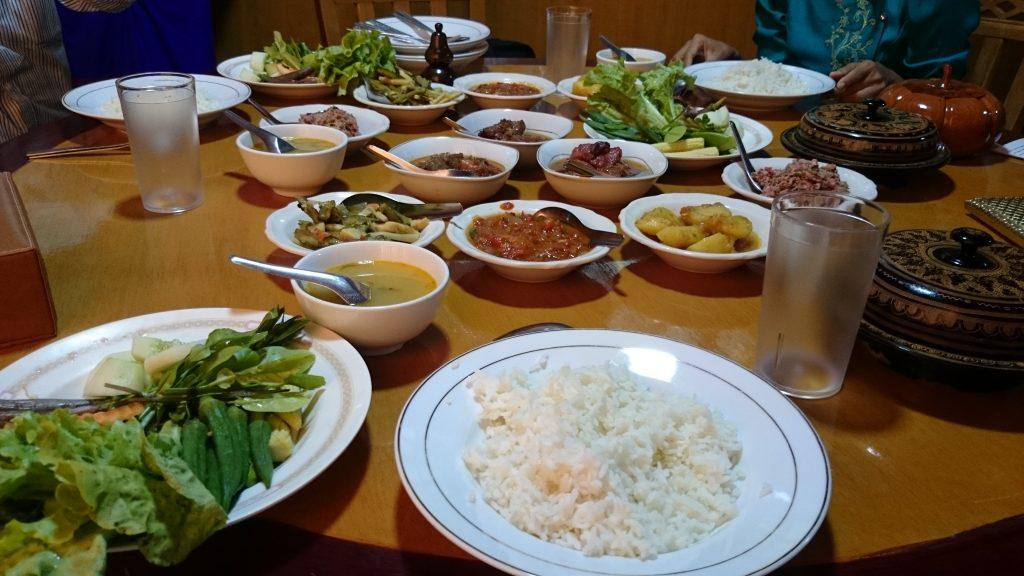 ミャンマー料理はバングラデシュ、中国、タイの真ん中に位置する土地柄を表し、カレー風中華料理的なものが多い。(ミャンマー・マンダレー141218)